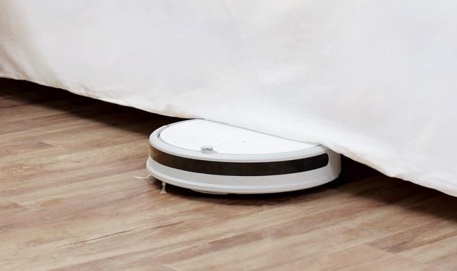 Робот-пылесос Xiaomi заезжает под кровать